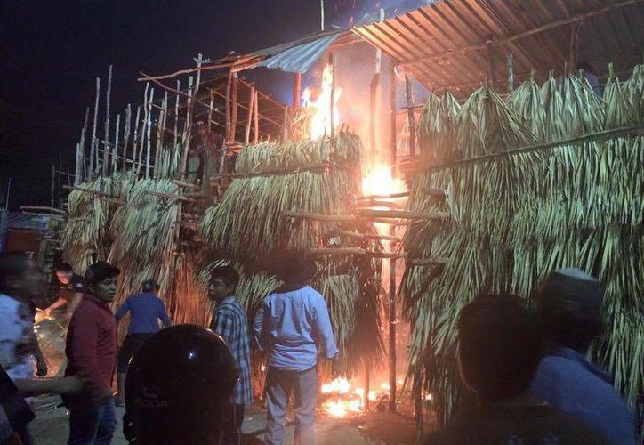 Los asistentes, del último baile de los festejos del lugar, sofocaron el fuego del tablado con todo lo que pudieron, en Peto. (Milenio Novedades)