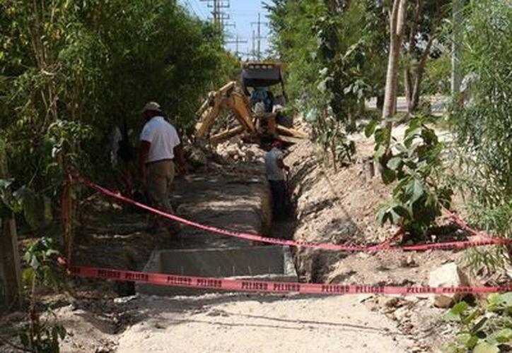 La ciclovía está interrumpida por obras de instalación de cableado. (Adrián Barreto/SIPSE)