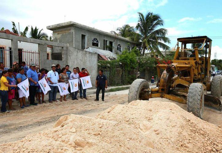 El alcalde junto a vecinos de la zona, dieron el banderazo de inicio de las obras de la renovación asfáltica. (Redacción/SIPSE)