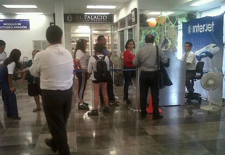 Algunos pasajeros han tenido que pagar hotel en tanto se normaliza la operatividad aérea. (Paloma Wong/SIPSE)