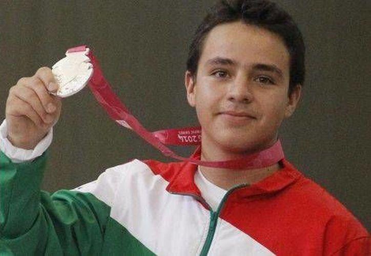 Santos Valdés presume su medalla de plata, la cuarta presea para la delegación mexicana en Nanjing (Foto: cortesía Conade )