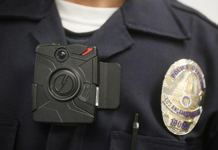 En imagen del 15 de enero de 2014, un Policía de Los Ángeles lleva una cámara en el pecho para grabar su actuación. La medida se aplicó luego de constantes abusos por parte de agentes. (Foto: Archivo/AP)