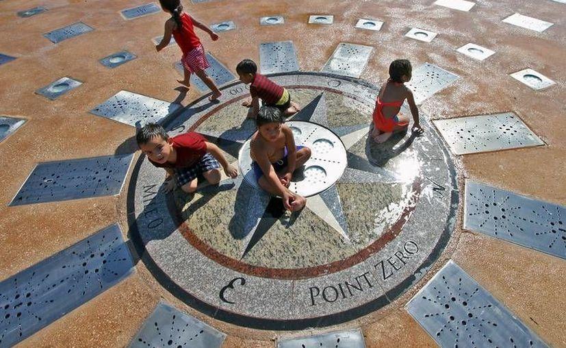 La placa 'Punto Cero' se colocó en medio de la fuente danzante en el parque Benito Juárez. (Cortesía)