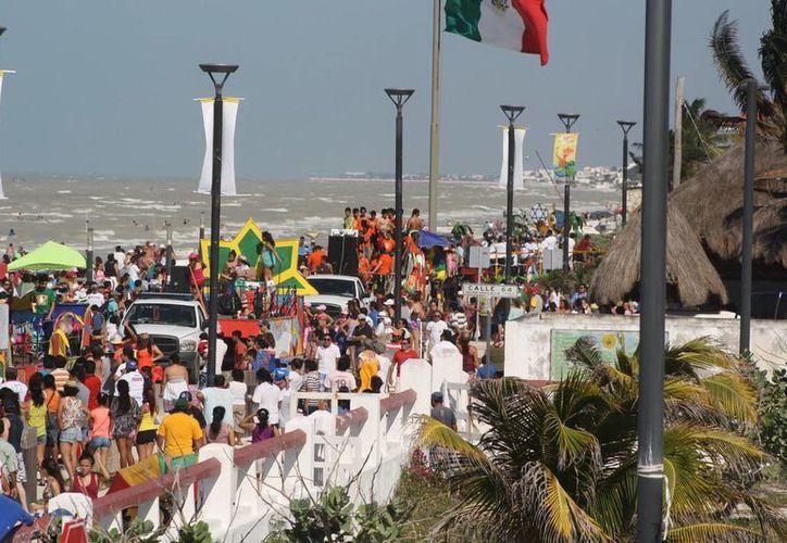 Una gran asistencia al Carnaval de la Samba en el malecón, bajo un cielo soleado y una fresca brisa. (Milenio Novedades)