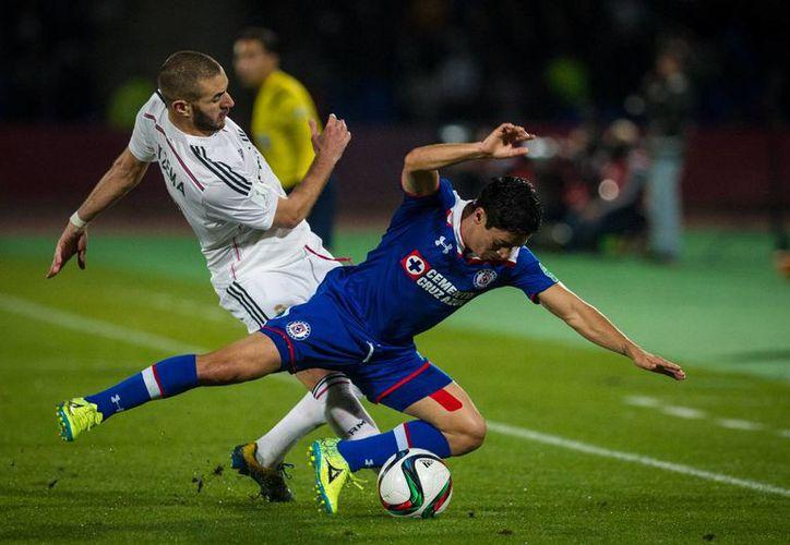 Karim Benzema (i) volvió a entrenar con Real Madrid, tras estar 24 horas preso, pero su caso por intento de extorsión continúa bajo investigación. (Notimex)