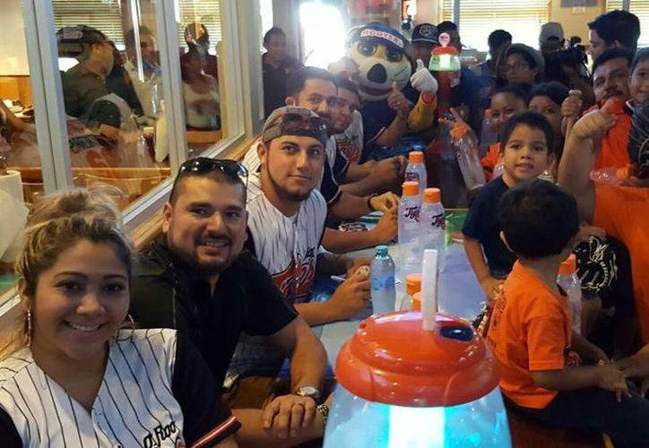 Jugadores felinos participaban en una firma de autógrafos en conocido restaurante. (Ángel Villegas/SIPSE)