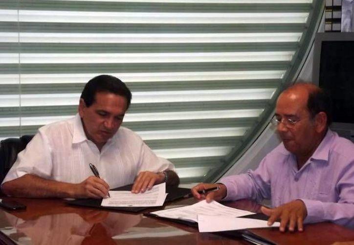 José López Campos, de la Canaco, y Emiliano Oliva, de la Prodecon, durante la instalación del comité. (Milenio Novedades)