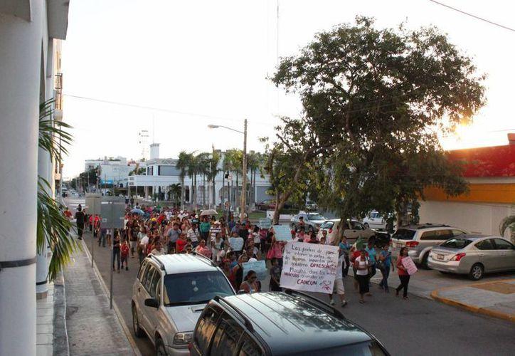 Alrededor de 300 padres de familia y maestros marcharon ayer. (Loana Segovia/SIPSE)