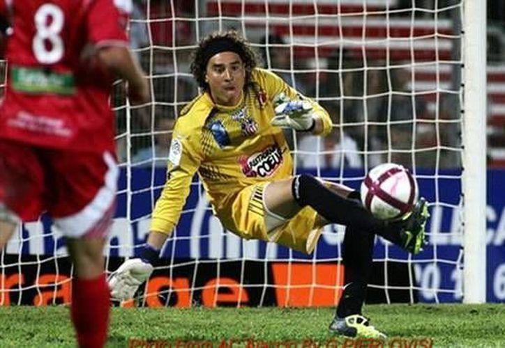 Ochoa ha declarado que quiere jugar una tercera temporada con el Ajaccio, pero eso truncaría una vez más su sueño de jugar la Champions. (goal.com)