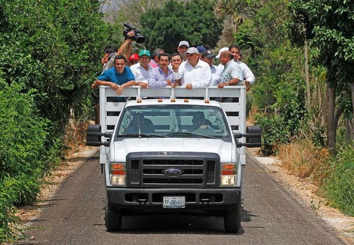 El Gobernador constató los beneficios de los caminos rurales 'Sacacosechas' de unidades productivas de Oxkutzcab y Ticul, y realizó la entrega de trabajos de construcción. (Cortesía)