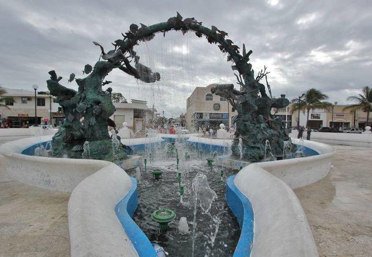 La fuente de bronce se ubica en la avenida Melgar, con calle 2 norte. (Gustavo Villegas/SIPSE)