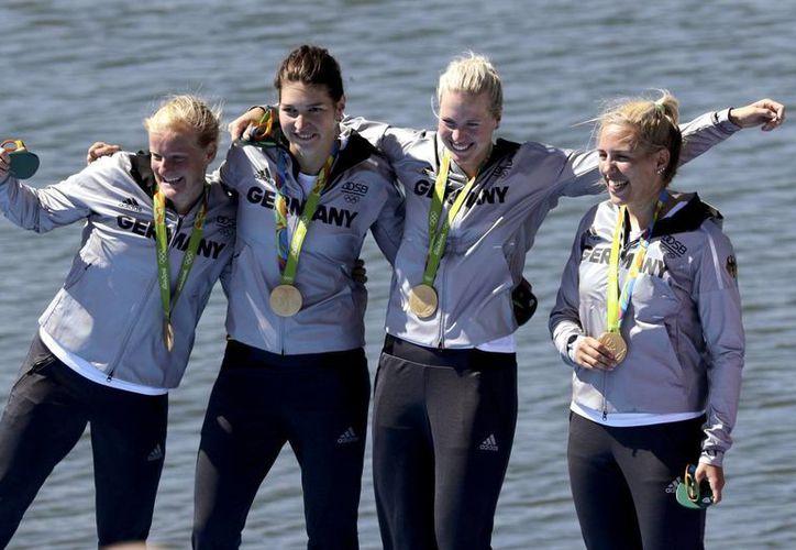 Las alemanas culminaron en primer lugar, al registrar tiempo de 6:49.39 minutos. En segundo lugar quedó Holanda, y en tercero Polonia. (Matt York/AP)