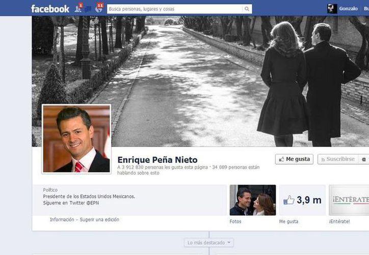 El presidente Enrique Peña compartió en Facebook esta foto donde aparece con su esposa Angélica Rivera. (Facebook)