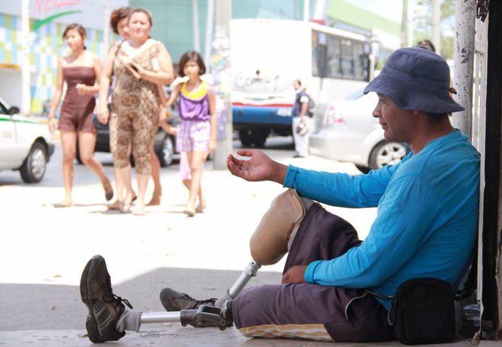 Muchas personas piden dinero asegurando padecer una enfermedad grave. (Consuelo Javier/SIPSE)