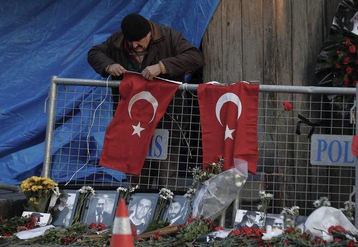 La mayoría de las personas que fallecieron en el ataque al club Reina en Estambul son extranjeras. (AP/Halit Onur Sandal)