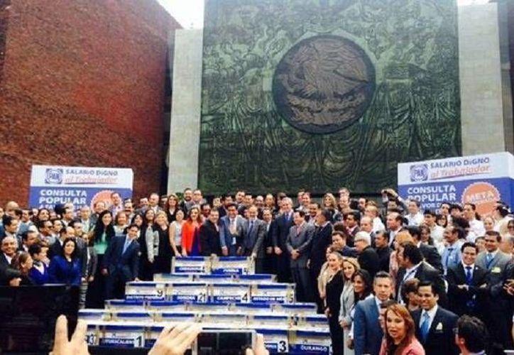 El dirigente nacional del PAN, Gustavo Madero, colaboró en el traslado hacia San Lázaro de las cajas con firmas a favor de una consulta ciudadana sobre el salario mínimo. (@AccionNacional)