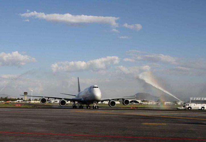 El Boeing 747-8 o 'Reina de los cielos', en el Aeropuerto capitalino procedente de Alemania. (Archivo/Notimex)