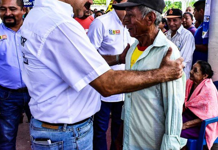 El candidato al Senado Julián Ricalde, realizó un recorrido por la isla de Cozumel. (Foto: Redacción)