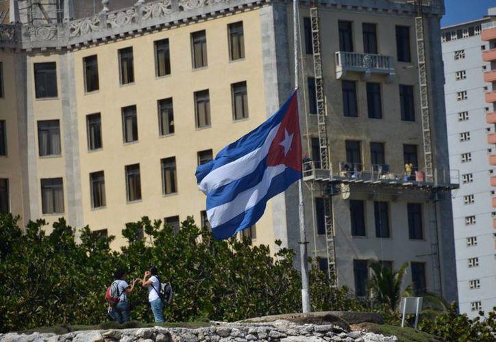 Detalle de una bandera a media asta en señal del duelo decretado por la muerte del presidente Chávez, en La Habana. (EFE)