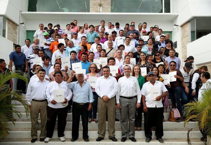 Rolando Zapata Bello acompañado de productores agropecuarios a quienes se les apoyó con esquemas de financiamiento accesibles. (Milenio Novedades)