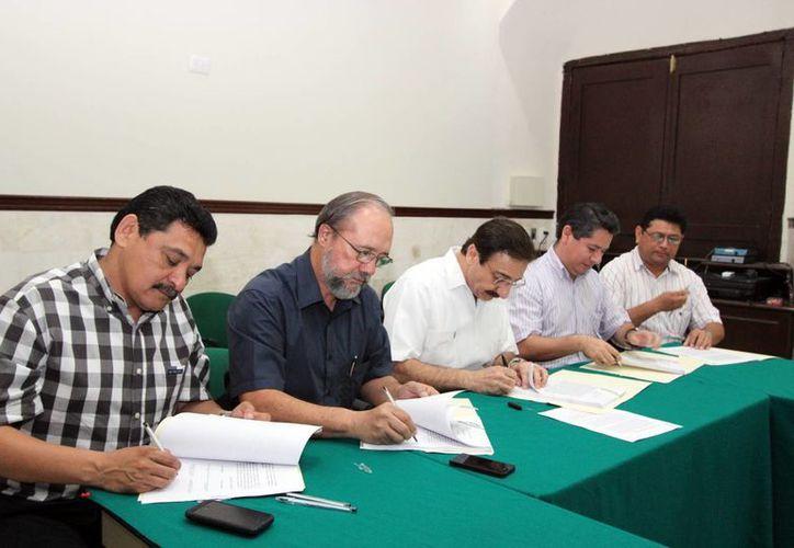 Firman convenio para mejorar los ingresos del personal de la Uady. (Milenio Novedades)