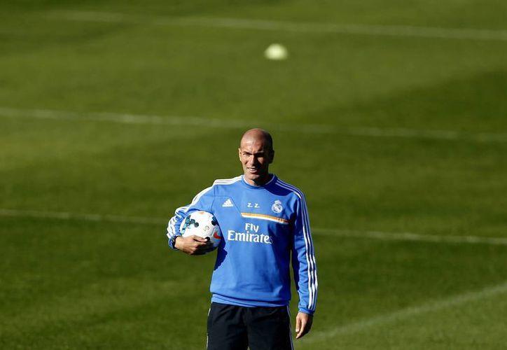 El juez impuso el mismo castigo de Zidane (foto) a Santiago Sánchez por ceder el título para que el primero desempeñara las funciones de primer entrenador en el equipo filial madridista. (EFE)