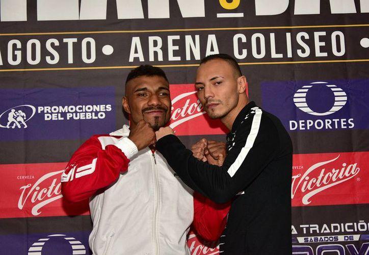 Nery 'Pantera' Saguilán y Dante Jardón durante la rueda de prensa en un hotel de la Ciudad de México rumbo a su pelea del sábado en la Arena Coliseo. Jardón expondrá el cetro Internacional Plata ligero del Consejo Mundial de Boxeo. (Notimex)