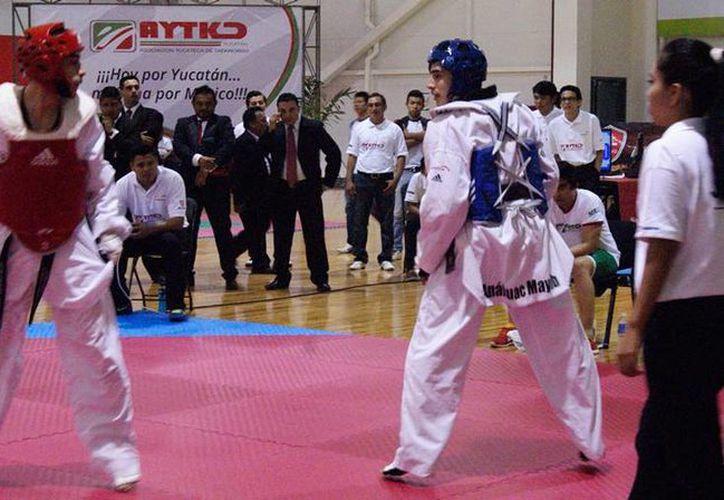 Acciones de la Copa Sureste de Tae Kwon Do que dio inicio ese domingo, en el Multigimasio del Kukulcán.- (SIPSE)