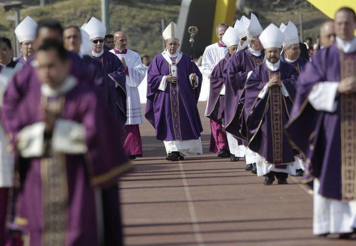 El Papa Francisco (c), camina en procesión para celebrar una misa en el estadio Venustiano Carranza en Morelia. (Agencias)