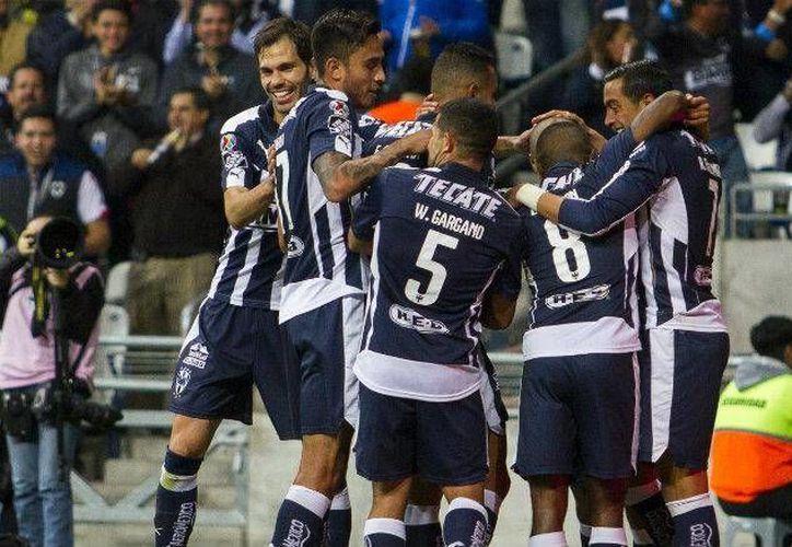Los Rayados celebran la única anotación del partido ante Atlas, conseguida por Carlos Sánchez con asistencia de Rogelio Funes Mori al minuto 21 del primer tiempo.  (Mexsport)
