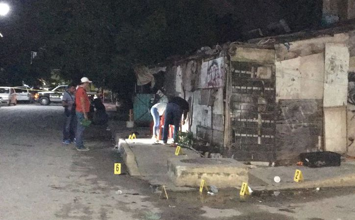 Un hombre recibió cuatro impactos de bala frente a su vivienda, en la colonia Nueva Creación de Playa del Carmen, ayer por la noche. (Redacción/SIPSE)