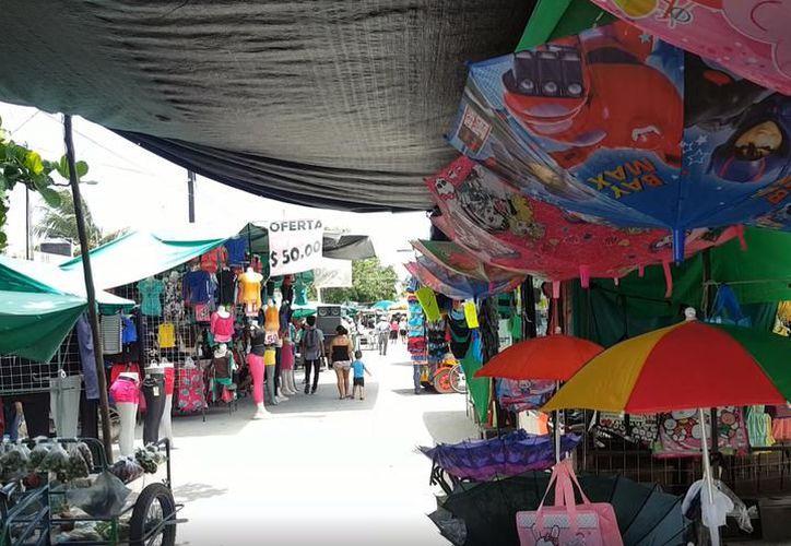 La mayoría de las personas que asisten a los tianguis en esta época del año, buscan la ropa para hacer regalos. (Archivo)