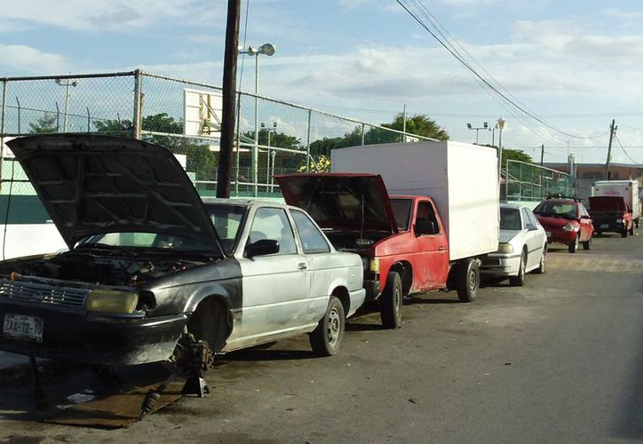 Algunos de los automóviles son abandonados por sus dueños. (Milenio Novedades)