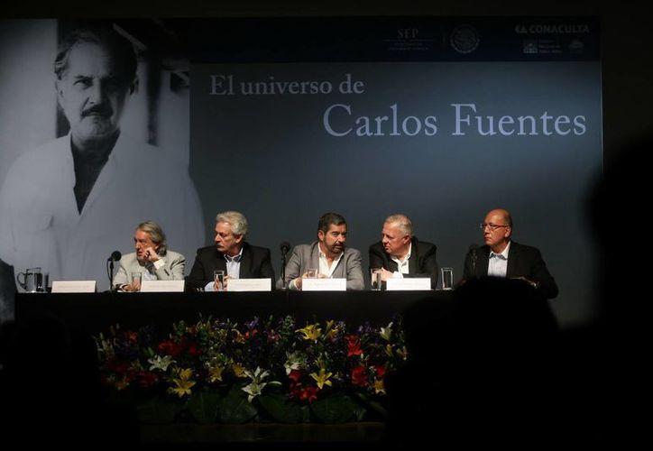 Los intelectuales mexicanos Hernan Lara Zavala, Gonzalo Celorio, Juan Ramón de la Fuente, Federico Reyes Heroles y Vicente Quirarte durante el homenaje al escritor. (EFE)