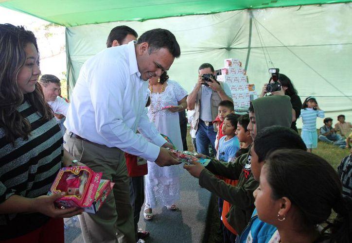 El gobernador Rolando Zapata entrega juguetes durante su gira previa a la Navidad. (SIPSE)