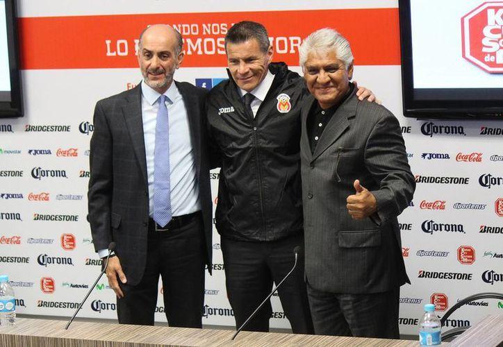 Hace unos días Alfredo Tena (c) fue despedido como entrenador de Monarcas Morelia. Ahora lo fue Mario Trejo (d), quien fuera el vicepresidente deportivo. (Foto de archivo de Notimex)