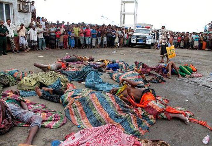 Un marinero que trabajaba en el barco atacado, Ibrahim Ali Zeyad, ha informado de que 80 refugiados han sido rescatados tras el incidente. (AP)
