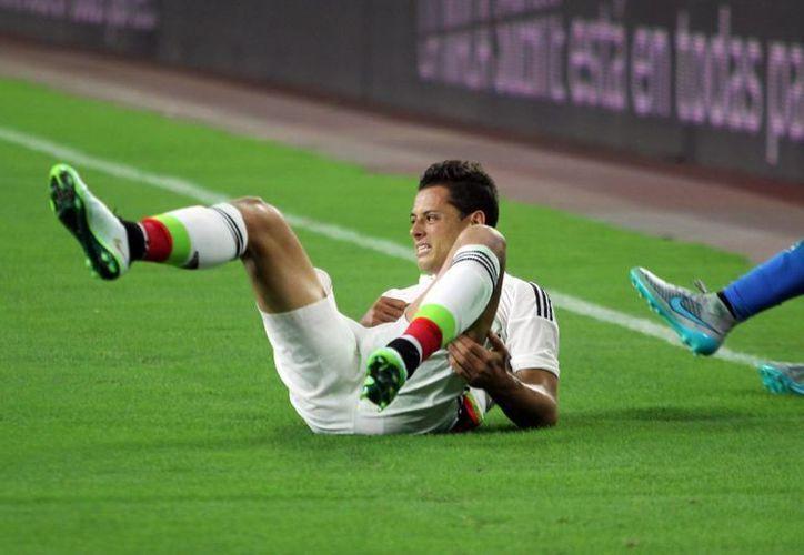 Por una fractura de clavícula 'Chicharito' Hernández salió de cambio antes de que terminara el primer tiempo del partido que México empataba a cero con Honduras. Al parecer se perder{a la Copa Oro. (Notimex)