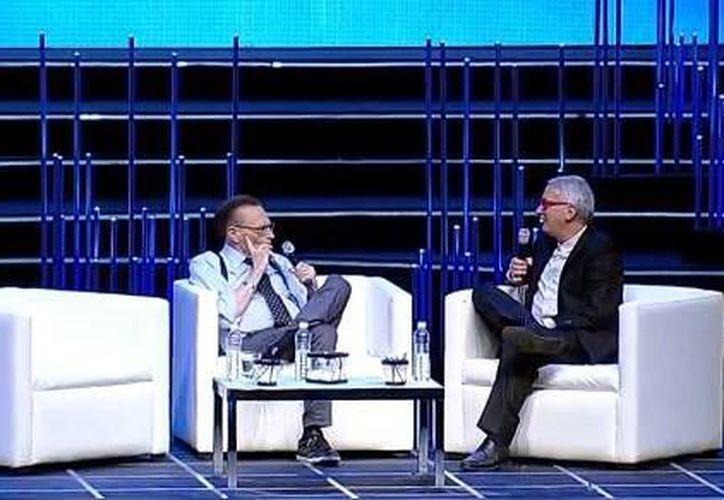 Imagen de la participación del periodista Larry King en la 13 edición de México Siglo XXI en el Auditorio Nacional. Más de 10 mil becarios asistieron al evento. (Milenio Novedades)