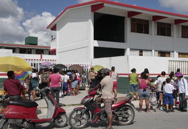 Invitan a los padres de familia a evitar que los niños se contagien de piojos durante la época de calor en Cancún. (Tomás Álvarez/SIPSE)