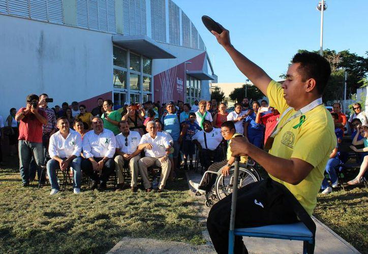 Los deportistas con discapacidad, durante una demostración en  Centro Paralímpico de Yucatán . (Milenio Novedades)