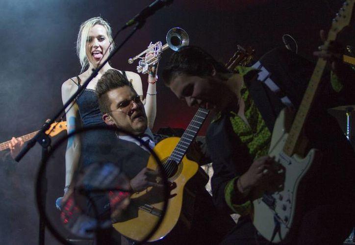 Ante más de 400 personas, Jenny y los Mexicats presentaron nuevos temas musicales a sus fans. (Notimex)