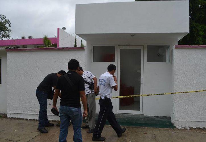 Los policías procedieron a acordonar el área alrededor del cajero. (Redacción/SIPSE)