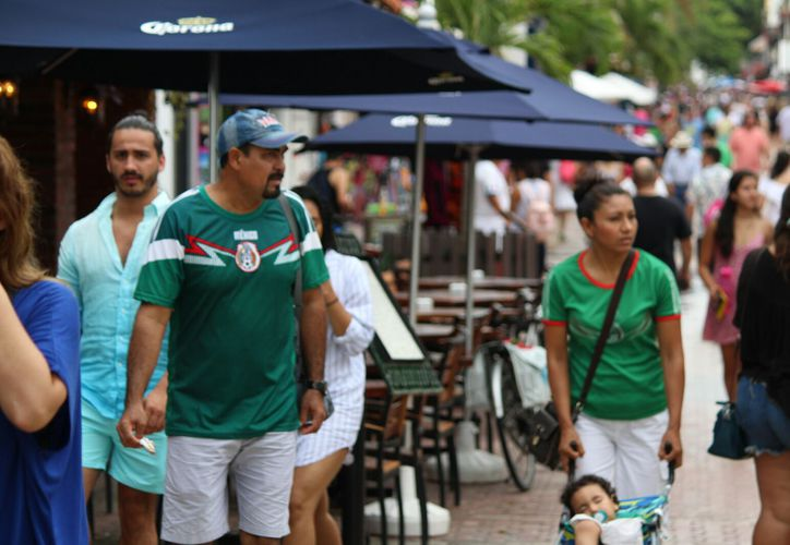 La Quinta Avenida registró buena afluencia de turistas. (Daniel Pacheco/SIPSE)
