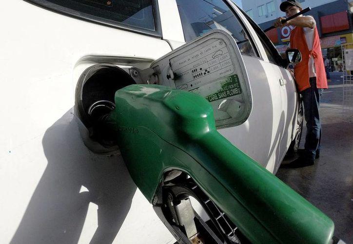 Los precios anunciados serán mayores en 3.0 por ciento, en el caso de ambas gasolinas, mientras que el del diésel será menor en 1.5 por ciento. (Notimex)