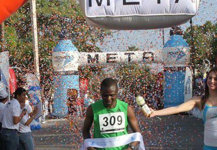 Seis africanos hombres y una mujer correrán este domingo en el Maratón de Mérida. En la foto Festus Kioko, actual campeón. (Milenio Novedades)