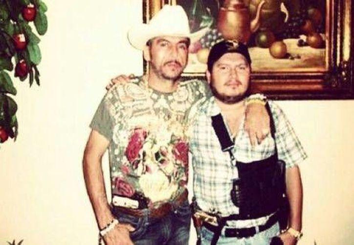 Misael Torres (d) es conocido por una fotografía que incautó el Ejército en una de las propiedades de su tío fallecido, Manuel Torres Félix, 'El Ondeado'. (Milenio)