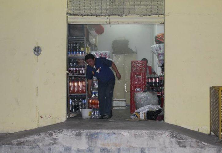 El incendio en una bodega de una tienda de abarrotes en Progreso causó temor a comerciantes y clientes, pero al final fue controlado por bomberos. (Gerardo Keb/Milenio Novedades)