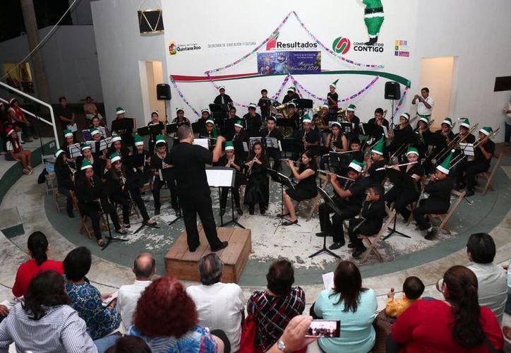 La Banda Sinfónica Infanto-Juvenil integrada por 47 niños, niñas y jóvenes, llevó a cabo el primer concierto Mágica Navidad. (Redacción/SIPSE)