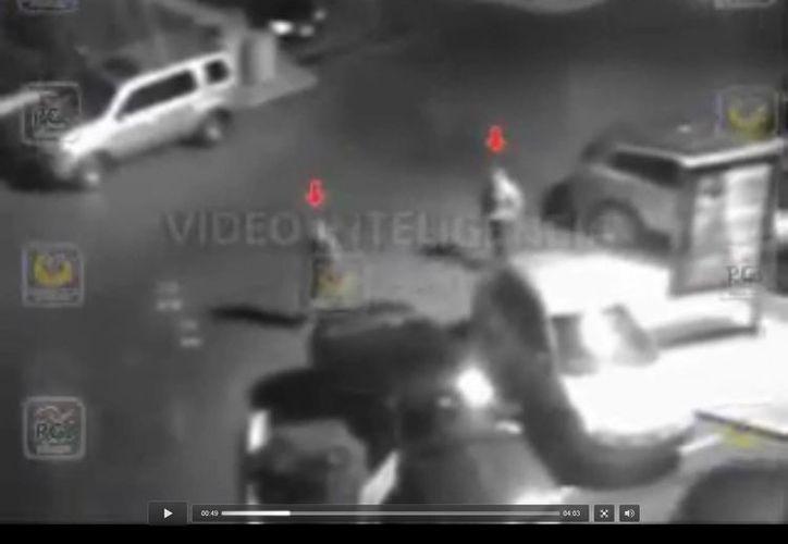 El video muestra a los delicuentes llegando al centro comercial Santa Fe en una camioneta roja. (Captura de pantalla)